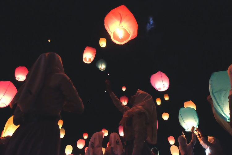 Sebuah tradisi melepasakan ratusan lampion Night Illuminated Lighting Equipment Celebration Lantern Chinese Lantern The Photojournalist - 2018 EyeEm Awards Traditional Festival Low Angle View Event Outdoors Sky Paper Lantern Lifestyles Nature The Great Outdoors - 2018 EyeEm Awards 10 EyeEmNewHere HUAWEI Photo Award: After Dark