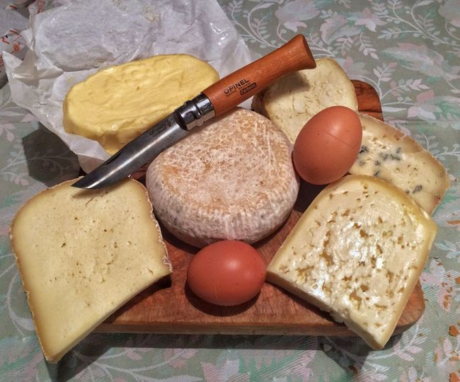 Formaggi & uova Coltello Opinel Burro Tomá  Uova Formaggio Formaggi Food Still Life Food And Drink Egg Indoors  High Angle View Freshness No People Table Bread Healthy Eating Wellbeing Close-up Variation Choice Breakfast Cheese Ready-to-eat Rolling Pin Wood - Material