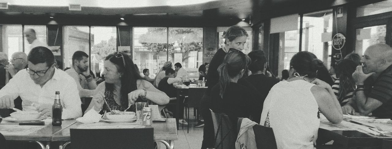 Crowded* Store Women Adults Only City People Leisure Activity HuaweiP9 Old-fashioned Communication Eyeemphotography Manual Focus ShutterSpeedPhotography Street Light Dinner Time Francesinha Famous Place PVZ