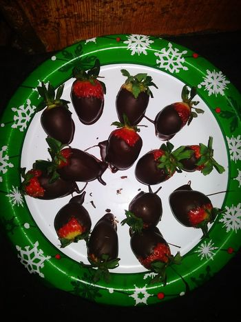 No People Indoors  Sweet Food Close-up Freshness Day Chocolate Covered Chocolate Time Chocolate Covered Strawberries Chocolate Covered Strawberries. Look But Don't Touch. Chocolate Strawberries On A Plate Strawberries And Chocolate Strawberries Strawberries Covered In Chocolate Chocolate😊 Strawberries🍓
