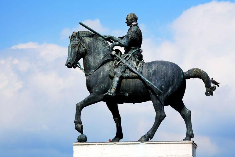 Equestrian statue of gattamelata against sky