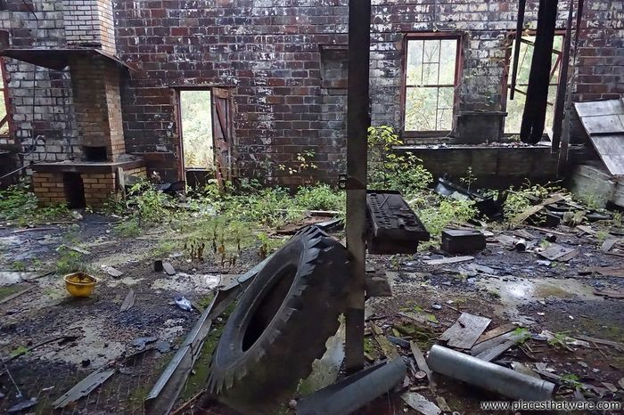 Abandoned workshop. Full article here: http://www.placesthatwere.com/2016/08/beautiful-abandonment-nature-reclaims.html Reclaimed By Nature Decay Urbex Rural Exploration Rural Decay Urban Exploration Abandoned & Derelict Abandoned Brick Wall Brick Brick Yard Workshop Iowa Lehigh Abandoned Places MidWest Industrial Decay Abandoned Building Weeds Overgrown Factory Industry Decay And Dereliction Ruins Abandoned Factory