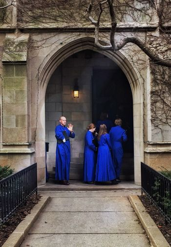 🔵A beautiful old church 🙏🏻 in the heart 💙of Chicago's Gold Coast🔸🔹 Chicago Is My City Chicago Choir  Church Architecture Church Arch Church Chicago Architecture Religion Architecture Arch Built Structure Building Exterior Building Group Of People Real People Women Full Length Traditional Clothing Blue Architectural Column Gate Outdoors