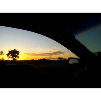 """""""Cada palmo dessa estrada eu conheço bem. Vou levando minha vida nesse vai e vem.""""🎵 Voltei Sunset Tudodenovo"""