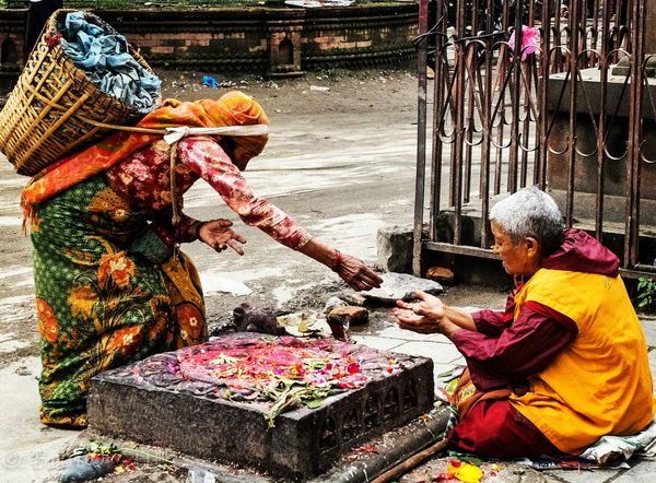 First Eyeem Photo Street Photo Street Streetphotography Sharing Is Caring Sharing Wealth Sharing Love Great Love Give And Take Poor And Rich Men Nepali  Monk  Nepalese Beauty Received Receiver Giver Generosity And Warmth Generosity Money Blessings From The Heart❤ Blessingsfromabove