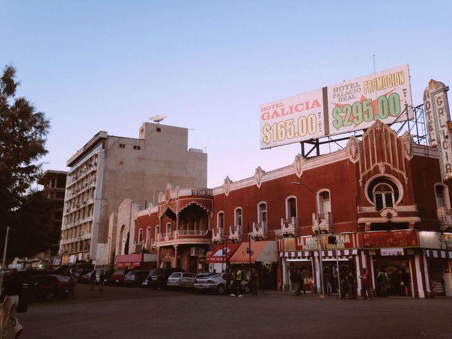 En su arquitectura encontramos elementos de sabor hispano-oriental, como los arcos de herradura. Se trata de un edificio muy notable,cuyos estilos arquitectónicos y decorativos muestran con toda claridad que se trata de una contruccion erigida en la Ciudad de Torreón, donde los motivos mudejar,mozárabe y árabe fueron populares.