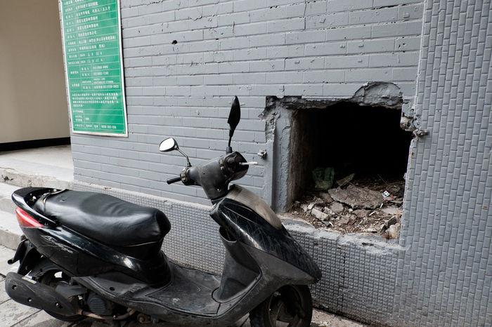 Bad Condition Broken Fujifilm Fujifilm X-E2 Fujifilm_xseries Hole Messy Motorcycle Old-fashioned Prayfortaiwan Taipei Taiwan Wall Wall - Building Feature XC16 バイク 加油臺灣 台北 台湾 天佑臺灣 林森北路 穴