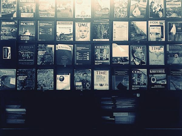 Monochrome Blackandwhite Mini Library dalam buku banyak cinta.