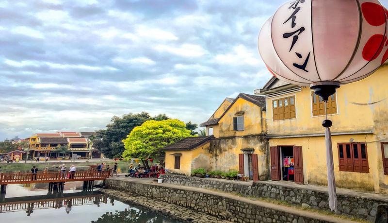 我很开心在越南的岘港一天游时间里,可以让给我感觉到越南的小清晰的环境,它是个非常有独特的味道地方,随时随地可以品尝到美味的咖啡,欣赏着有没的风光,如果下回有机会,我一定选择在哪儿住上一段时间~ 越南 Vietnam Ancient Town Lantern Once Upon A Time Scenery Small Clear Tourism