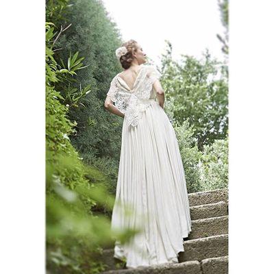 【マルシェフォーウエディング】のクリオマリアージュブース内のトルソー着用でご案内予定のドレス紹介です。。。 歩いてきた道を思い出し、いつか観た映画のワンシーンの様に。。。 そんな思いを込めた、クリオマリアージュのオリジナルドレス、こんなドレスがあったら素敵を形にした拘りの逸品。 ふんだんに使われた布をランダムギャザーで印象的に、後ろ姿とコードレースの美しきドレスはクリオマリアージュ最新のパンフレットの表紙に使われました。 幅広いサイズオーダーにもお応えできるようになります。 ウェディングドレス クリオマリアージュドレス ドレス Cliomariage Weddingdress Dress ドレス カラードレス クリオマリアージュ ガーデンウエディング Wedding ウェディング 結婚 結婚式 結婚式準備 タキシード Accessory アクセサリー ヘッドドレス ギフト ブライダル Fashion ファッション ナチュラル プロポーズ 渋谷婚纱撮影前撮りプレ花嫁記念日