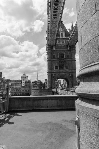 Walking on the Tower Bridge London Passeggiando Sightseeing Tower Bridge  Turismo Black And White Bridge Londra Ponte
