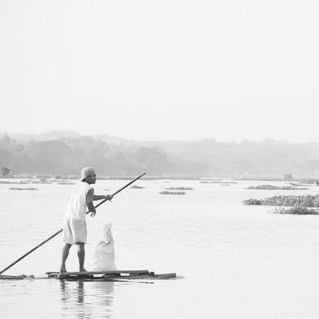 Dimana kita berlabuh (nak) Reservoir Paddle Surakarta CenteOfJava Canon Blackandwhitephotography Simple WORKHARD Fisherman INDONESIA Outdoor _rsa_minimal