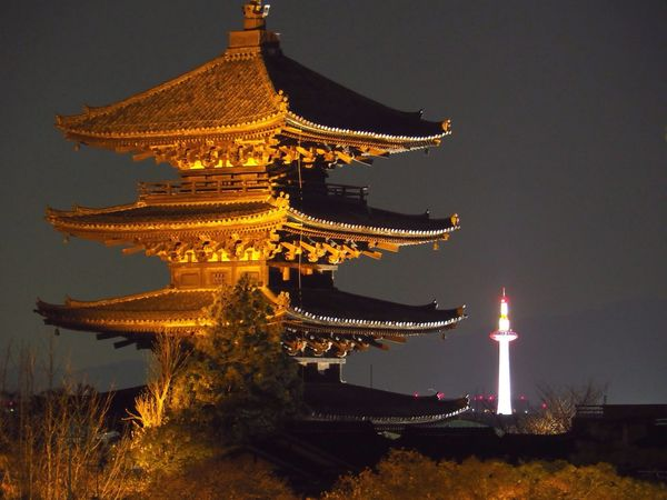 Kyoto Japan Higashiyama Yasaka-no-to Tower Kyoto Tower Night Lightup Spring Olympus PEN-F 京都 日本 東山 八坂の塔 京都タワー 夜 ライトアップ 春