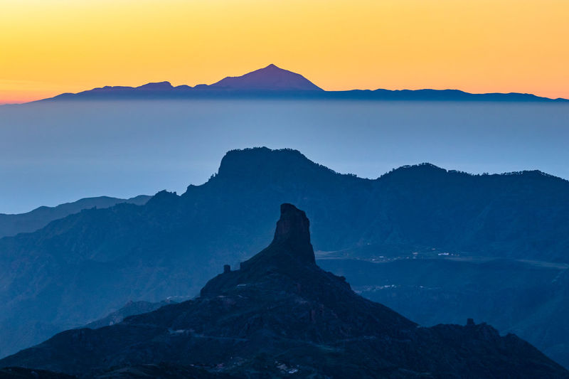 Alineación del Roque Bentayga y el Roque Nublo Conjunction Nature Gran Canaria Roque Nublo Roque Bentayga Teide National Park Sunset Silhouettes Sunset Crepuscular Light Golden Hour Golden Blue Layers And Textures SPAIN Sky No Clouds No Sun Beauty In Nature Tranquil Scene Idyllic No People Mountain Scenics - Nature Mountain Peak Mountain Range