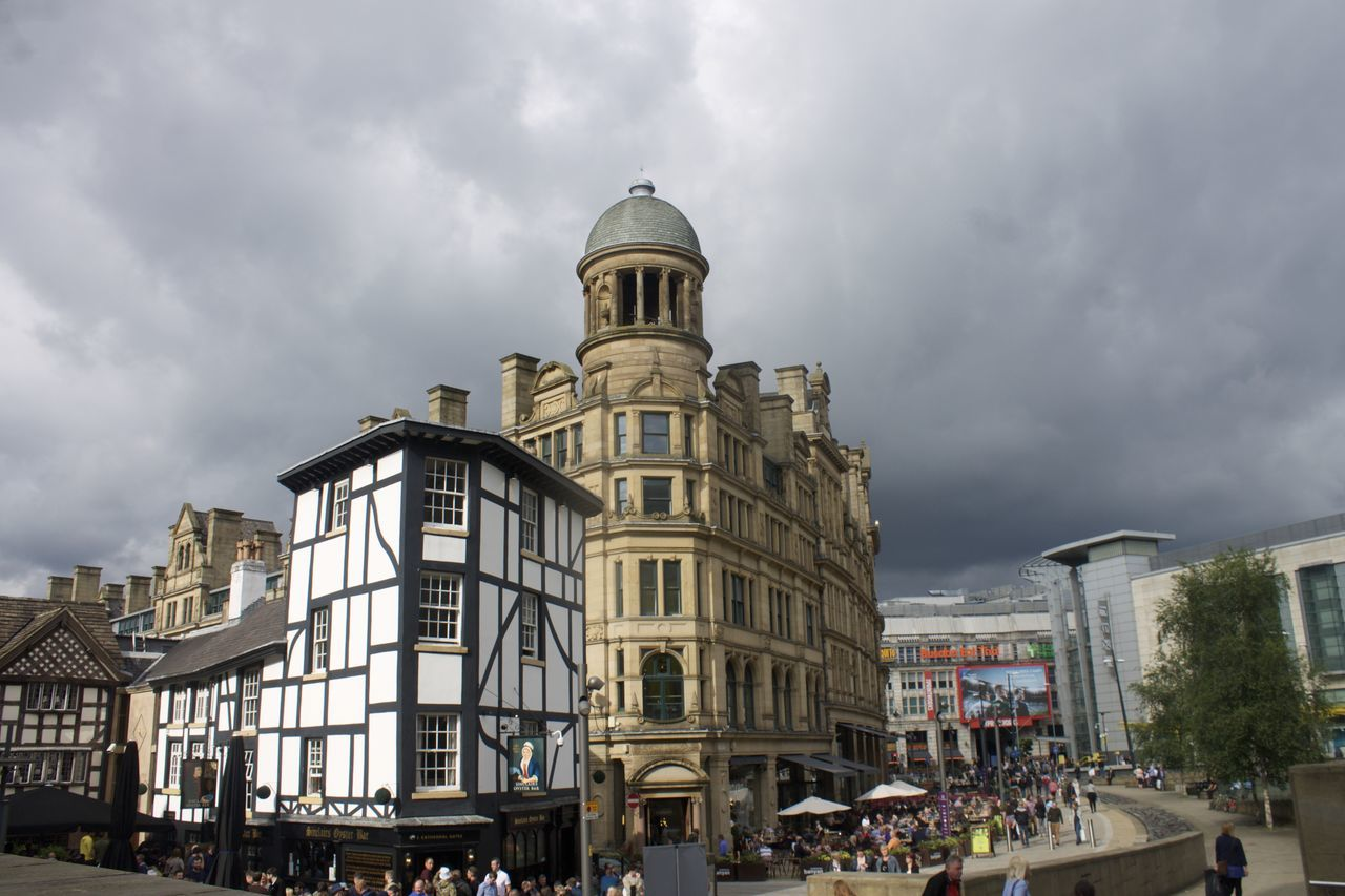 architecture, building exterior, built structure, cloud - sky, sky, outdoors, day, real people, large group of people, city, people