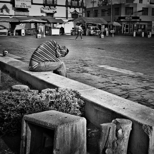 Hiding the head / iphone 4 + snapseed + noir Streetphotography Streetphoto_bw AMPt_community AMPt - Escape