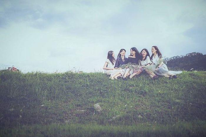 姐妹的外拍終於開始出圖了~🎉🎉 Girls Photo Photos Makeup Style Fashion MOVIE Light Green Sky 外拍 姐妹 閨蜜 Sky Bbf