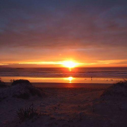 La serenidad no es estar a salvo de la tormenta, sino encontrar la paz en medio de ella 🌅 Landscape Beaches Places Galifornia Sky Sunsets Evenings Lalanzadabeach Surfplaces Zenplaces Westcoastspain Coastplaces Beachlife