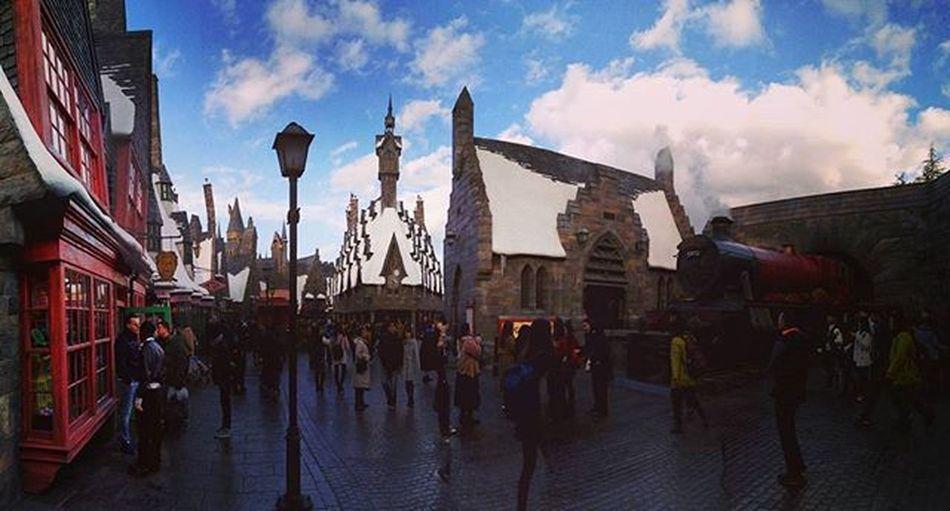WizardingworldofHarryPotter 이야 이거 상당히... 초입부터 음악 두둥두둥하더니만...캬! 그러나 눈 쌓인 지붕과 대조적으로 하늘은 넘나 파란것ㅋㅋㅋ 포비든저니