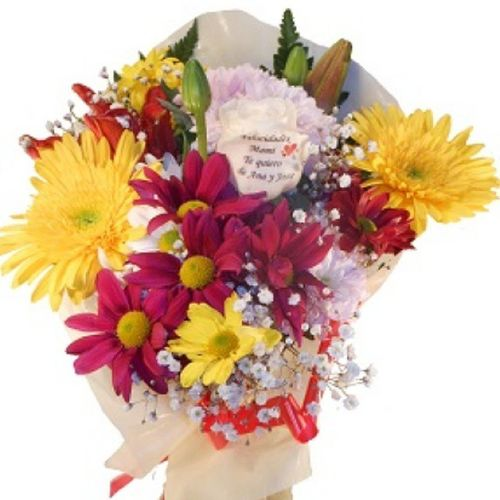 Ramo de flores variadas con una rosa tatuada en el petalo con una dedicatoria. Www.graficflower.com Ramosdeflores Floresadomicilio Regalooriginal Flores Regalo