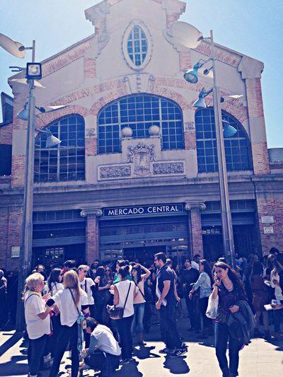 La muchachada alicantina comenzando el Tardeo en la Plaza del Mercado.