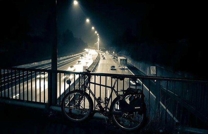 Night-ride back from the office - I like! 🌛 Bike2work Biketowork Instamood Picoftheday Cycling Fahrrad 😚 Biketouring Commuting Hamburg Nofilter Igers Igershamburg Welovehh Fahrradfahren Night Traffic Sport Fitfornix Fitness Afterwork Biking