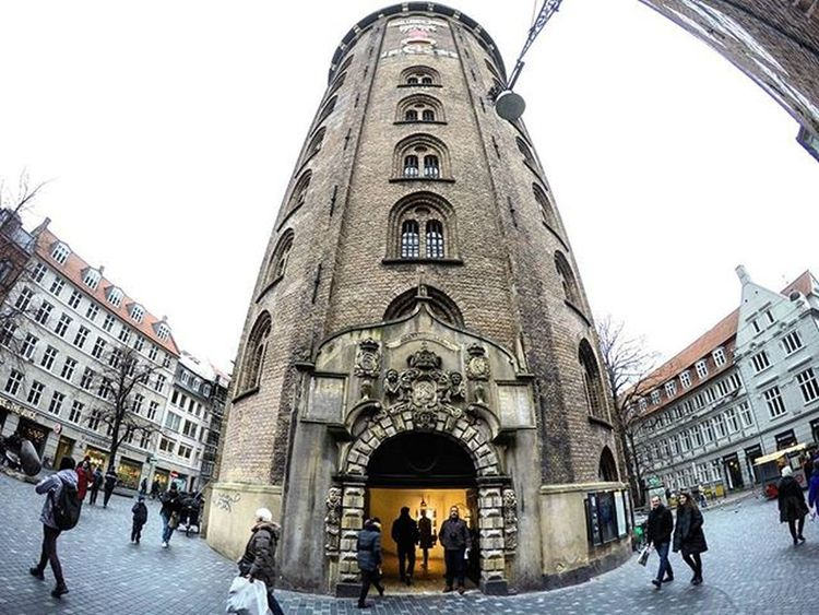 Rundetårn, SXVII. Torre Redonda, Copenhague. Rundetårn  København Copenhagen Denmark Dinamark Amazing Architecture Arquitectura ChristianIV Building Ig_denmark Igdenmark Instadenmark Insta Greatshot Great Beautiful Street Holidays Picoftheday People Wonderful Walking Edificio Edificiossingulares nice niceshot day photooftheday goprohero4