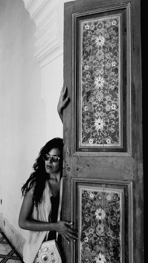 Mirar sobre negro y ver,ver esperanzas profundas,dónde se llega con la voluntad del alma,la voluntad del corazón,la voluntad que palpita para que la veas y así poder aflorar,aunque sea invierno.Cuerpo físico que resite al frío más frío porque su corazón está caliente Marrakech Morocco Filosofía Marrakech Photography Literatura