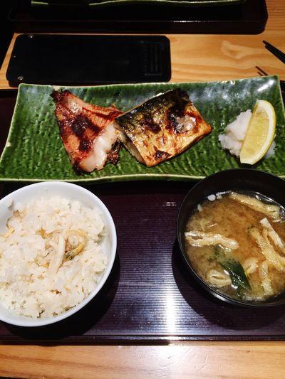 焼魚二種。ご飯はアサリと生姜の炊き込み御飯。
