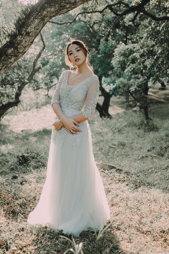 Adult Adults Only Beauty In Nature Bride Day Elégance Full Length Nature One Person One Woman Only Only Women Outdoors People Scenics Tree Wedding Wedding Dress Young Adult