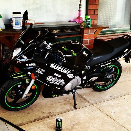 Waxed and ready for tomorrow 😍 Shiney Suzuki Rides Purty Monsterenergy Girlbiker Blac Green Sexy Sleek Clean