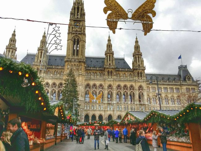 Good morning! Christmas time is starting in Vienna Austria Nice people, Architecture and i make some Streetphotography!?