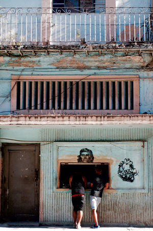 Cuba La Habana, Cuba Old Town Shopping Architecture Building Exterior Built Structure Che Guevara Leisure Activity Lifestyles Men Old Buildings Real People Standing