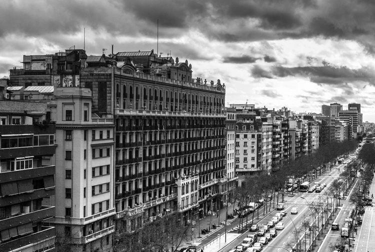 Gran Vía - Barcelona city. Barcelona City Blackandwhite SPAIN Blancoynegro España Catalonia Catalunya Urban Landscape PAISAJE URBANO Ciudad Buildings Granvia Streetphotography Avenue Avenida Nubes Clouds Balcones Ventanas