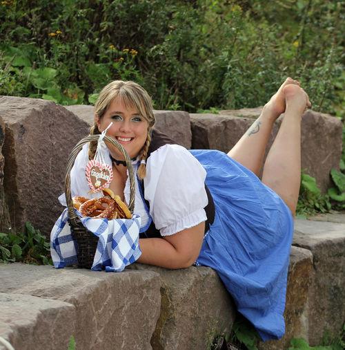 Bavarian Tradition Beauty Beauty In Nature Brezel Curvy & Beautiful Curvygirl Curvyisthenewsexy Dirndl Dirndlcotoure Dirndlkleid Kurvenrausch Kurvenzeigen Liegend Munich Plus Size Beauty  Plus-size Plus-size-model Plussize Plussizebeauty Schöne Frau Trachtenmode Traditional Clothing Traditional Culture Xxl-mode Young Woman Smiling