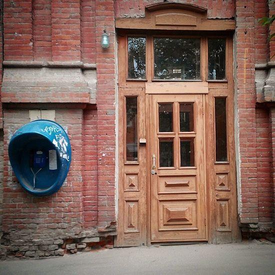 Встреча 90х с 1900ми омск дверь телефон старыйомск Olddoor Oldcity Oldphone вечернийомск