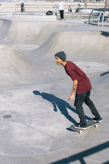 Los Angeles, California Los Ángeles Venice Beach Balance Casual Clothing Day Full Length Leisure Activity Lifestyles Men One Person Outdoors People Real People Skateboard Skateboard Park Skill  Sport Sports Ramp Standing Venice Young Adult