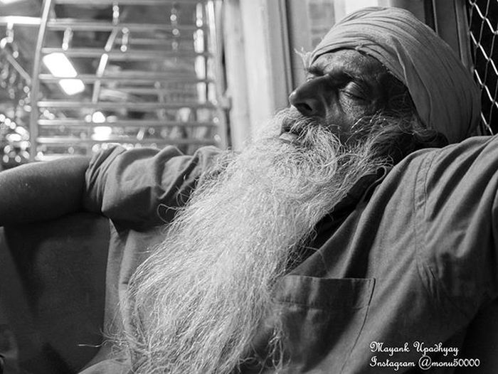 The young man knows the rules, but the old man knows the exceptions. Sardar Sikh Old Oldman Mumbai Mumbai_local Mumbai_train Trains Portraitsmood Portrait India @indiapictures @streets.of.india @mumbaipaused @my_mumbai @instagram @portraitmood @munchymumbai