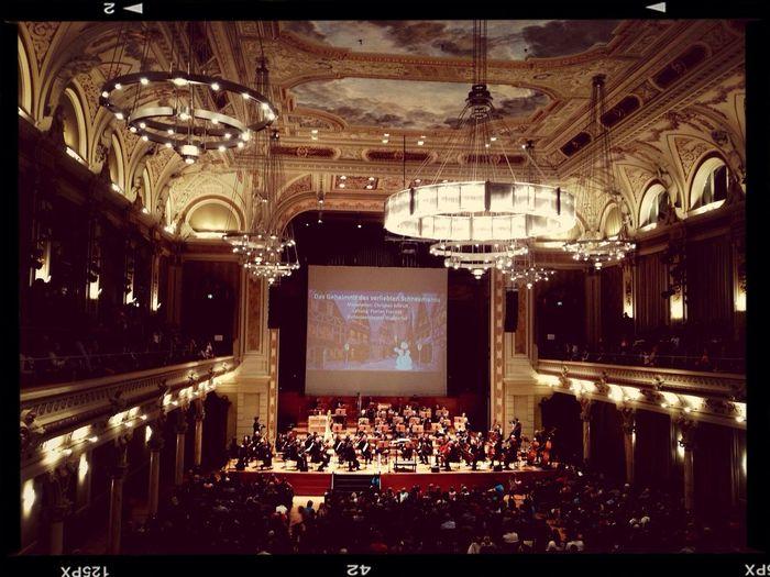 Familienkonzert in der Stadthalle mit Musik von Erich Wolfgang Korngold. Super interessant für Kinder inszeniert...
