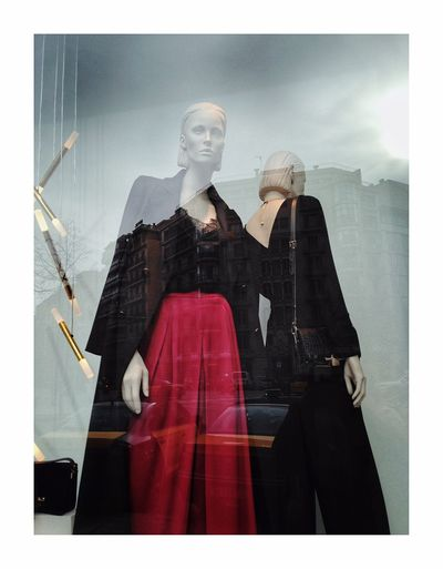 Incidence Barcelona Window Mannequin Two People Statue Fashion Women Well-dressed Men