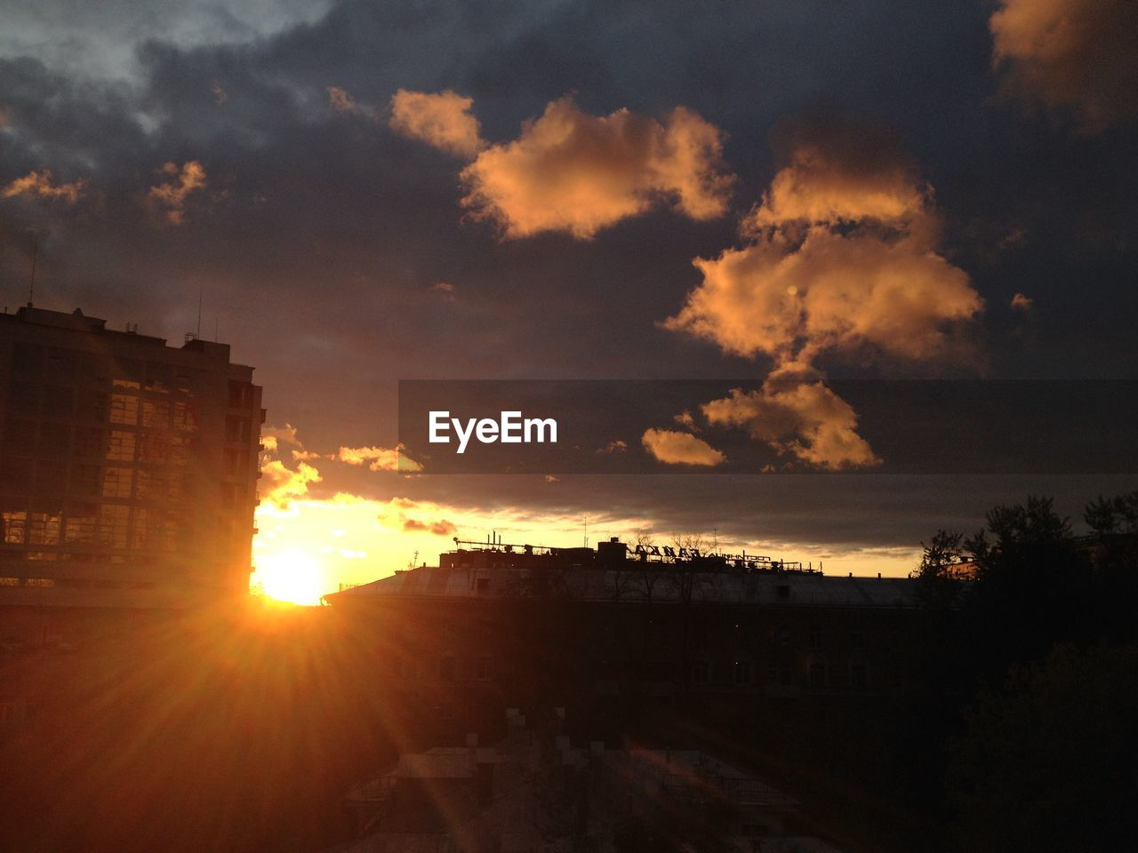 sunset, sun, sunbeam, architecture, sunlight, lens flare, sky, built structure, building exterior, silhouette, cloud - sky, no people, outdoors, nature, cityscape, city, day