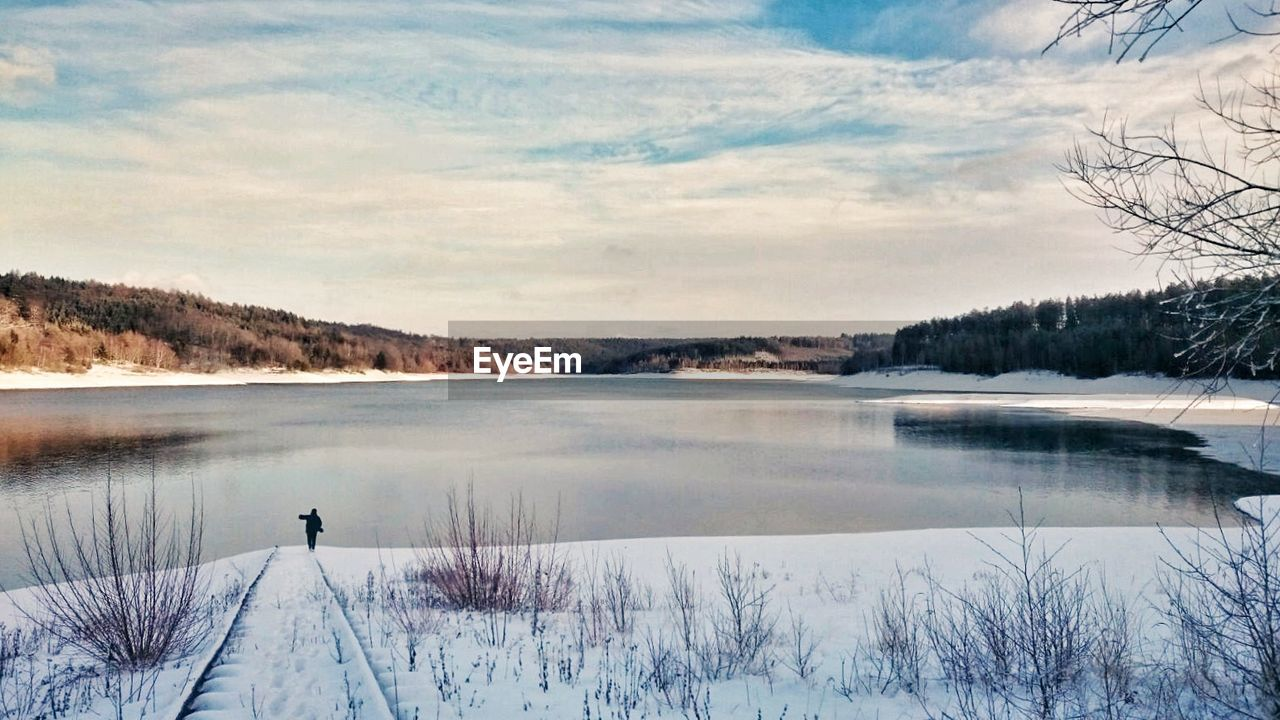 SCENIC VIEW OF LAKE BY SNOW AGAINST SKY
