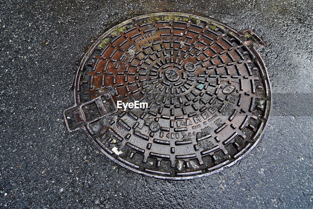 manhole, circle, high angle view, sewage, sewer, street, day, no people, outdoors, road