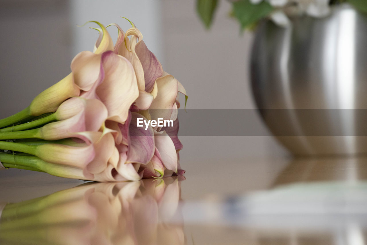 freshness, flower, flowering plant, indoors, plant, close-up, vegetable, no people, beauty in nature, still life, food and drink, healthy eating, petal, vulnerability, table, wellbeing, fragility, selective focus, food, nature, flower head, flower arrangement, bouquet