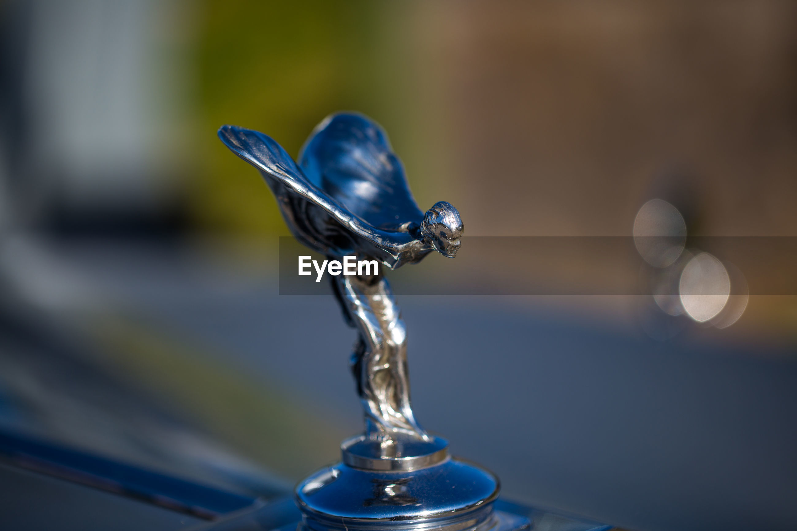 focus on foreground, close-up, no people, selective focus, day, metal, blue, outdoors, shape, still life, motion, glass - material, nature, table, sphere, transparent, drop, reflection, silver colored