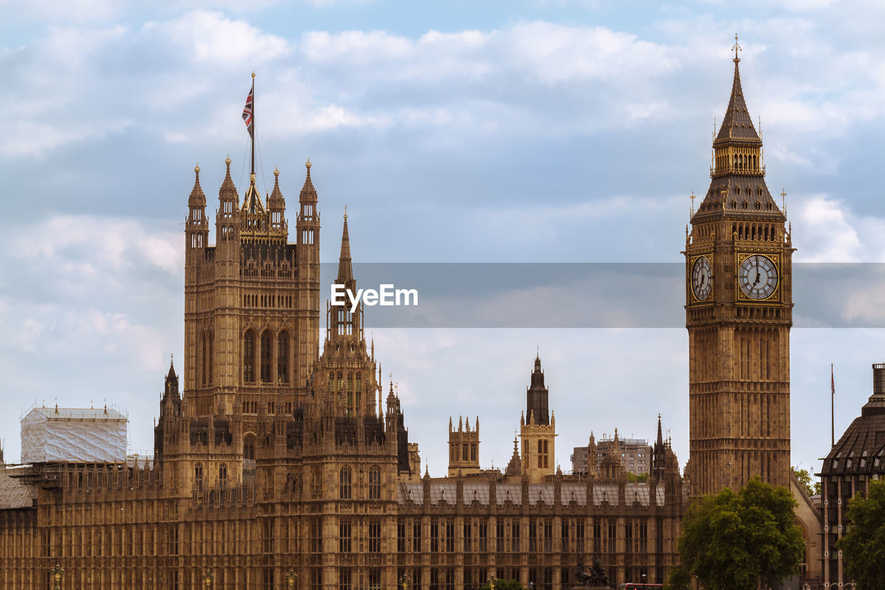 Big ben and houses of parliament against cloudy sky