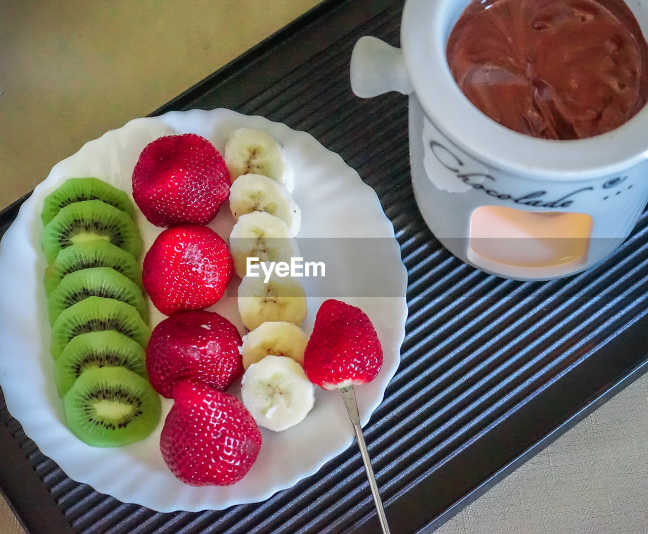 HIGH ANGLE VIEW OF FRUITS IN PLATE ON TABLE