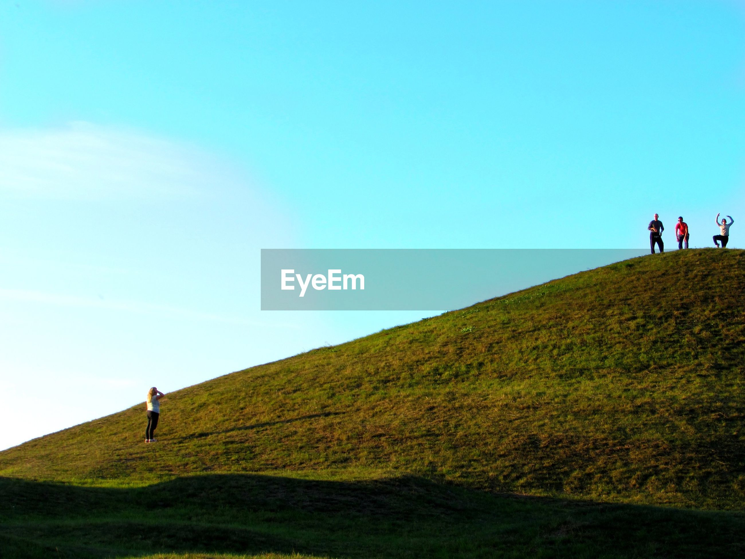 lifestyles, leisure activity, men, grass, person, full length, mountain, landscape, walking, tourist, clear sky, blue, copy space, tranquility, tranquil scene, vacations, hiking