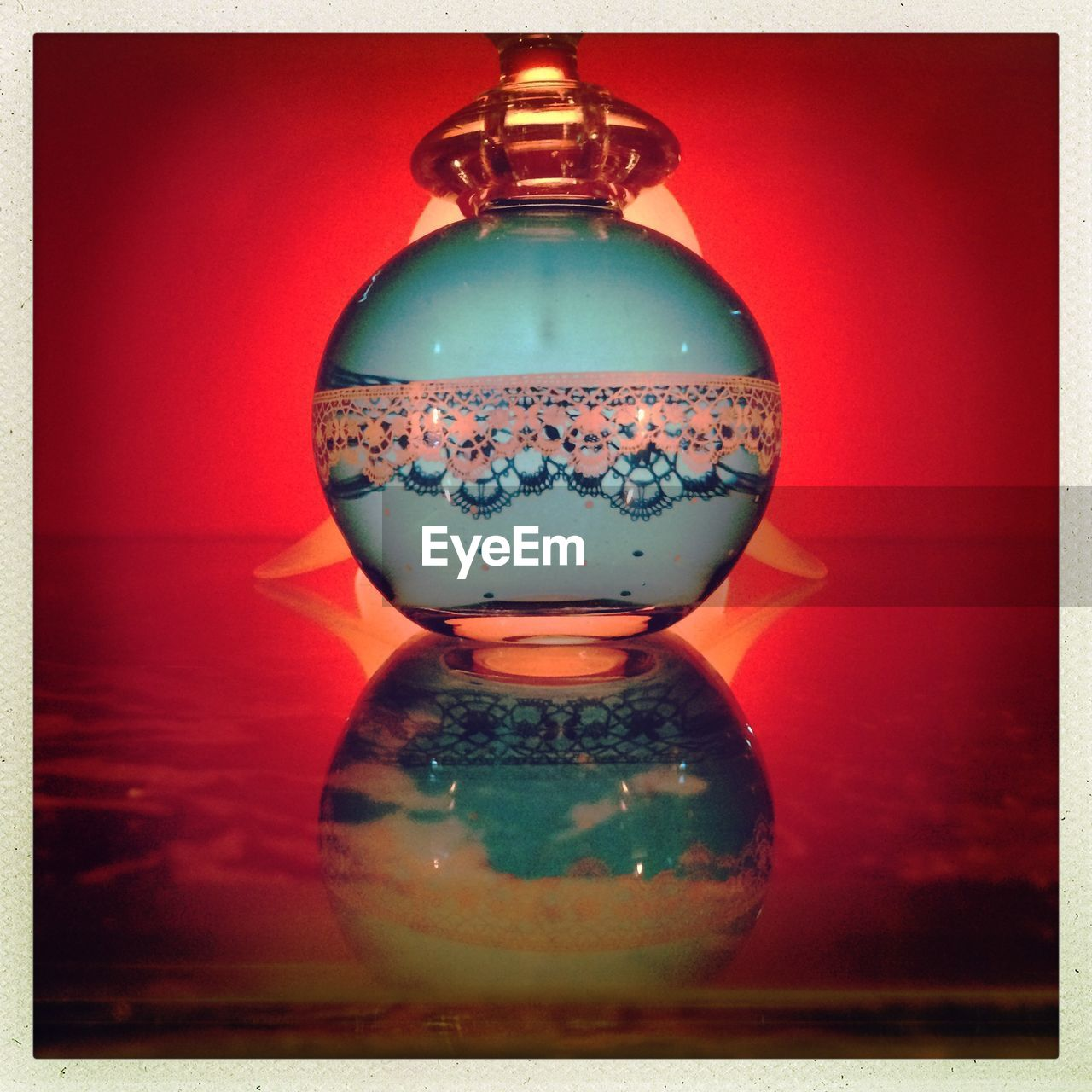 glass - material, bottle, close-up, single object, no people, indoors, perfume, perfume sprayer, day