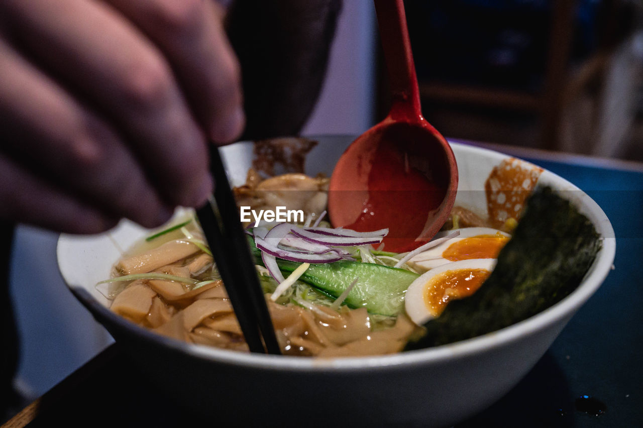 CLOSE-UP OF PERSON HAVING FOOD